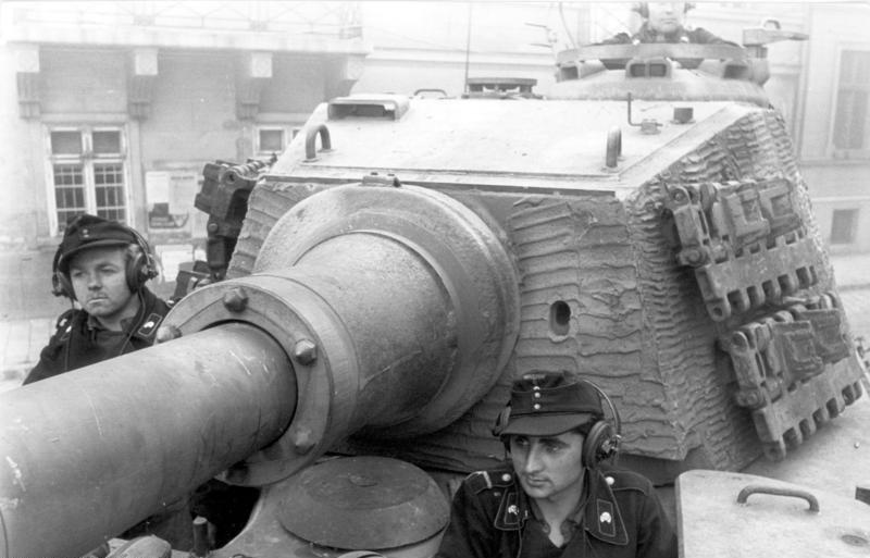 Bundesarchiv_Bild_101I-680-8282A-09,_Budapest,_Panzersoldaten_in_Panzer_VI_(Tiger_II)