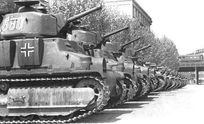 captured-french-army-somua-35-tanks-min