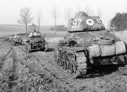 hotchkiss-h35-tank-french-troop-min