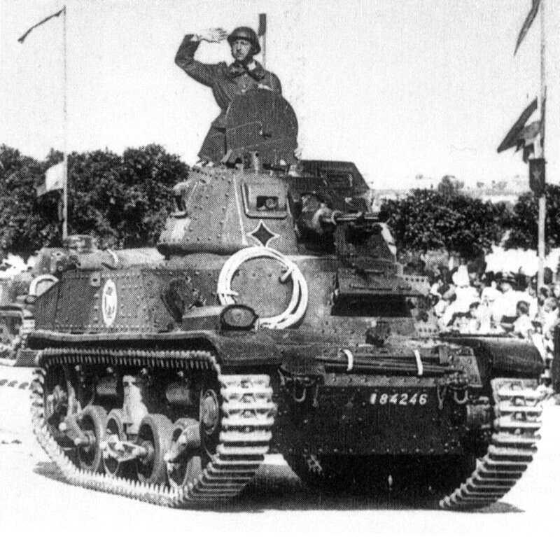 renault_amc34-APX-25-parade
