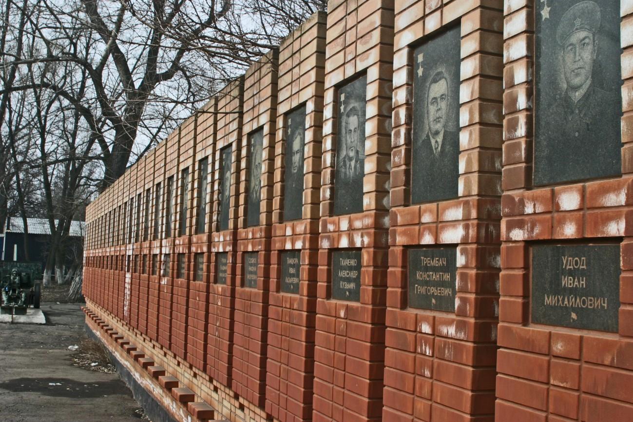Krasnyi Luch tiszteletbeli fal a háború és a munkás hősöké. Litvyak elindult az utolsó missziójáért egy olyan repülőtérről, amely közel van ehhez a városhoz, ahol egy de