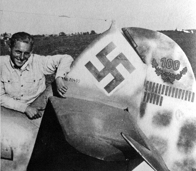 Aircrew-Luftwaffe-JG52-legend-Erich-Hartmann-with-his-aircraft-WNr-20499-Russia-1944-01