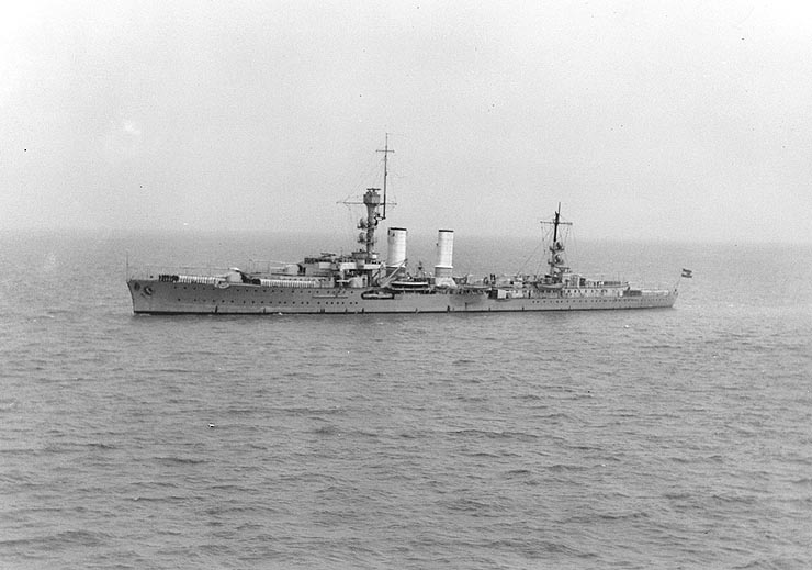 Light_Cruiser_Emden_in_China_1931